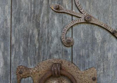 La porte de l'église de Sérandon © Chris Bogaerts